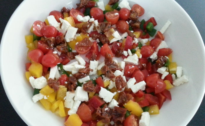 Salade met paprika, tomaat, zongedroogde tomaatjes en feta - Happy Mood Happy Food