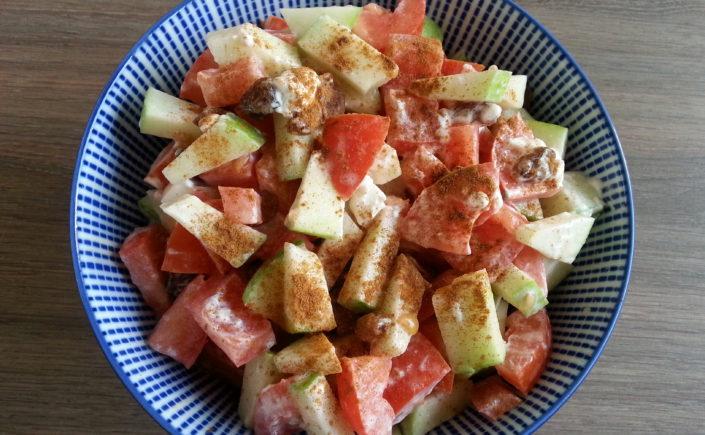 Salade met tomaat, appel, geitenkaas, rozijnen en kaneel - Happy Mood Happy Food