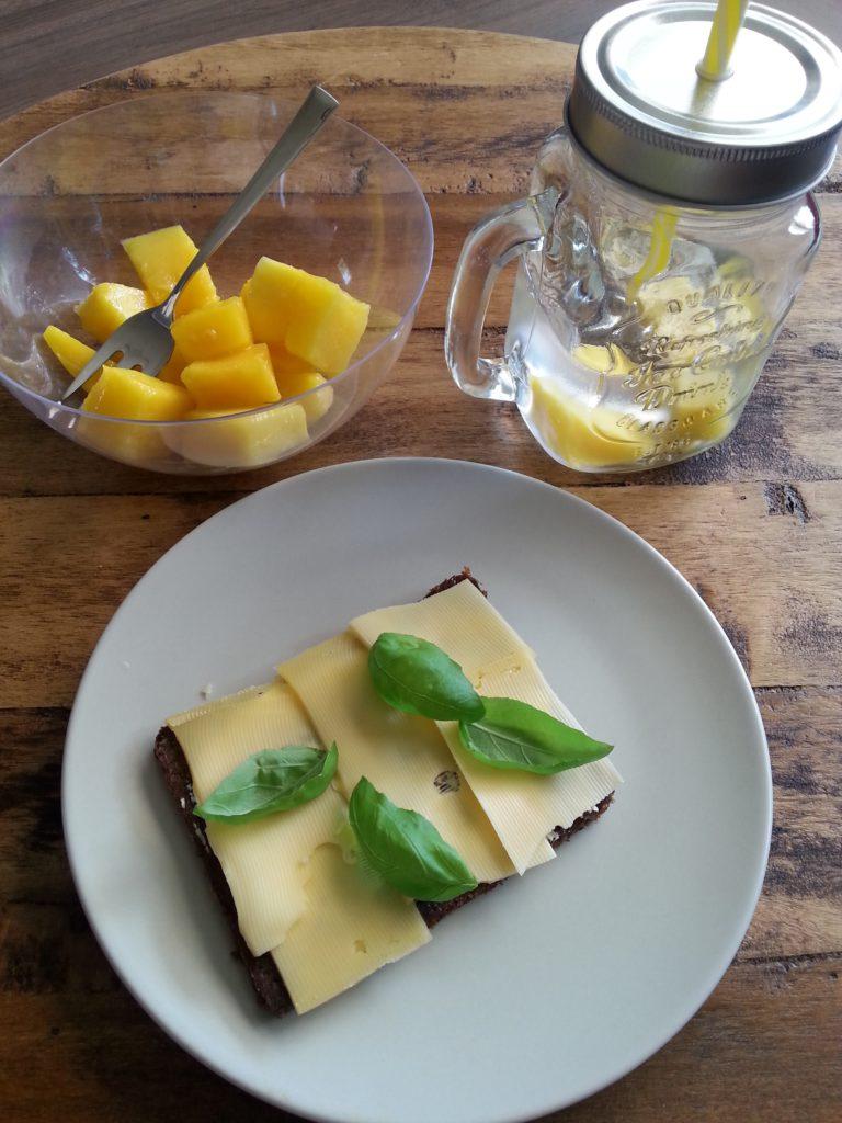Roggebrood, mango en water