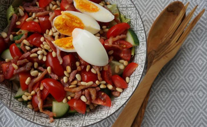 Salade met ei, spekjes en pijnboompitjes - Happy Mood Happy Food